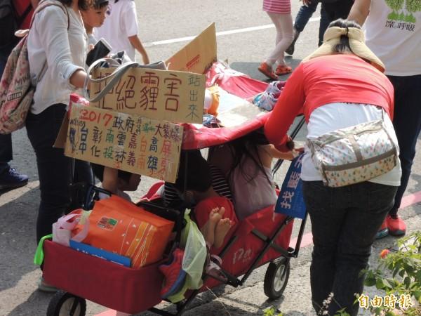 娃娃車載著4個孩童,相當吸睛。(記者王榮祥攝)