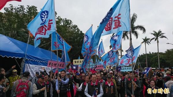 國民黨黃復興黨部派人參加「八百壯士捍衛權益行動」。(記者陳鈺馥攝)