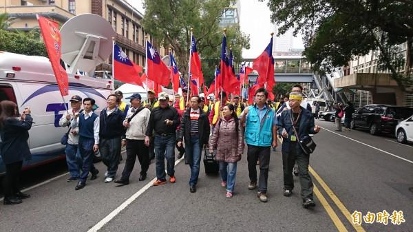退將吳斯懷、吳其樑等人帶領退伍軍人今早11點遊行抗議。(記者陳鈺馥攝)