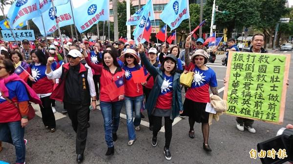 國民黨黃復興黨部今日參加「八百壯士捍衛權益行動」,繞行立法院抗議年金改革。(記者陳鈺馥攝)