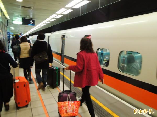 中南部旅客搭高鐵到桃園,準備搭機出國。(記者黃旭磊攝)