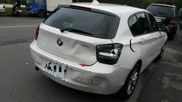 吳女被前後車夾擠,車頭、尾毀損嚴重。(記者陳恩惠翻攝)