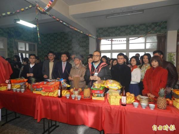 導演葉天倫、陳長綸帶領演員一同祭拜土地公、舞台神、地基主、好兄弟,祈求拍攝順利。(記者林欣漢攝)