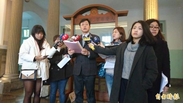 台大學術副校長郭大維(中)今出面說明郭明良論文造假案調查結果。(記者蕭玗欣攝)