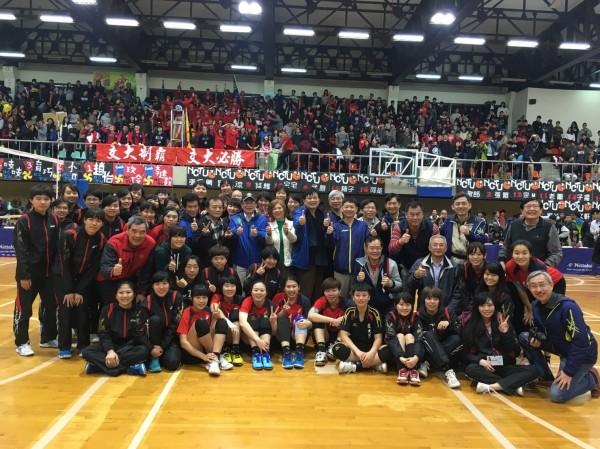 最後關鍵的排球賽,由交大連拿男、女排優勝,贏得總錦標。(交大提供)