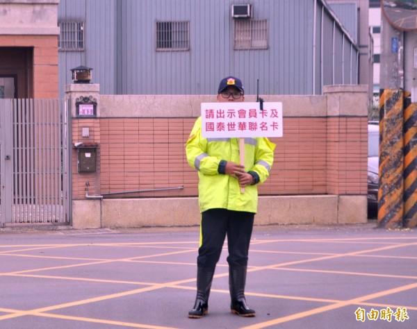 好市多加油站試營運,協助交管員工舉牌宣導「只限會員」。(記者李容萍攝)