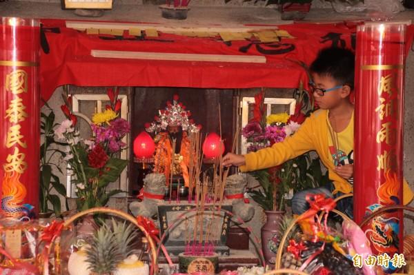 枋寮水底寮的5間土地公廟在土地公生日時有閩南庄罕見的拜新丁儀式。(記者陳彥廷攝)