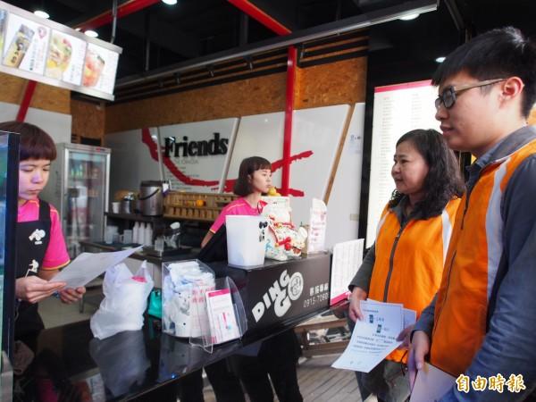 台東縣環保局人員一早就到台東市中華路商圈向業者宣導。(記者王秀亭攝)