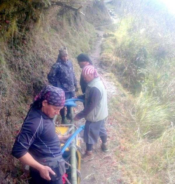 排雲山莊是攀登玉山主峰線唯一可住宿的場所,雲豹登山隊扛著上百公斤發電機朝排雲山莊前進,讓供電不足問題再度獲外界關注。(記者謝介裕翻攝)