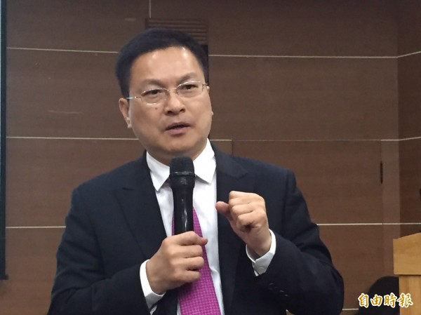彰化縣長魏明谷說,即使沒有電纜、電桿,縣府還是可以成立電力公司。(記者張聰秋攝)