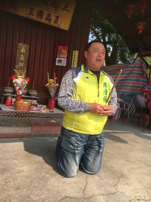 廖清福率村民跪求白沙屯媽祖造訪。(記者顏宏駿攝)