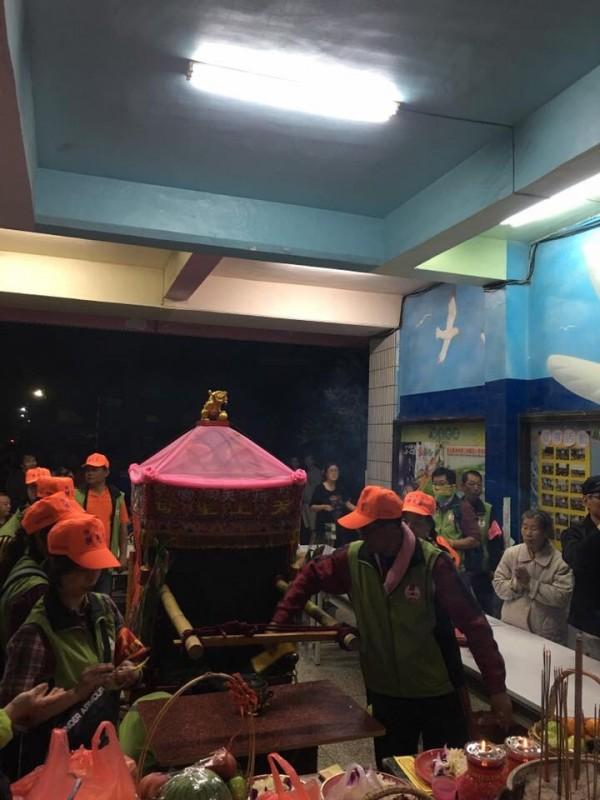 白沙屯媽祖造訪三條村,村民樂開懷。(記者顏宏駿翻攝自縣議員李俊諭臉書)