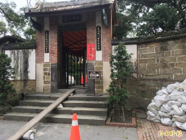 林園出口(文昌街)現為運送工程材料及工作人員進出的出口,不開放民眾使用。(記者聶瑋齡攝)