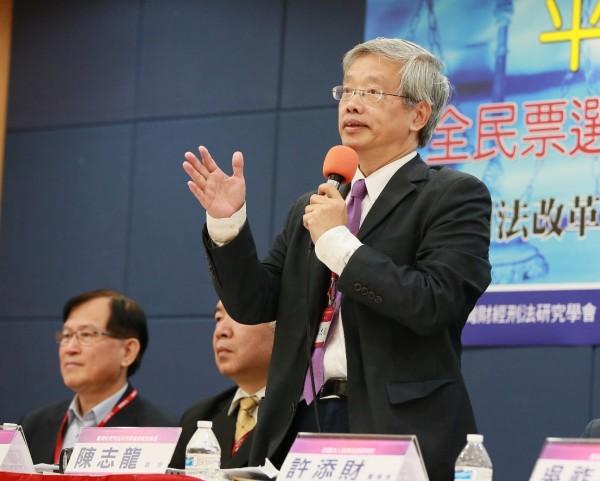 台大法律系教授陳志龍(右)將法官分為三種類型,要尋找有前瞻性的司法人,汰除心態墮落、保守的司法官。(記者張文川翻攝)