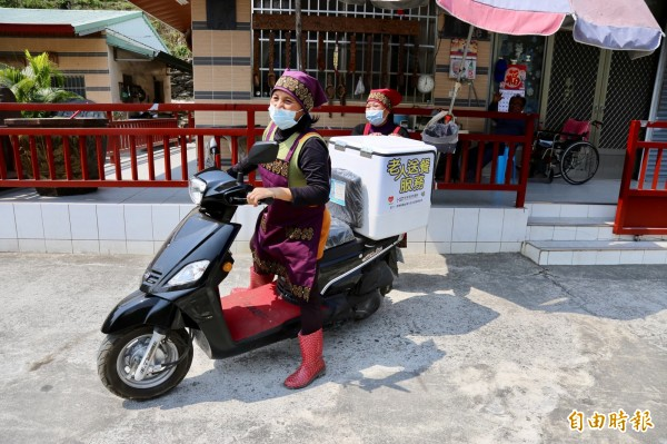 大武部落長輩每天都很期待吃到志工們送來的熱騰騰午餐。(記者邱芷柔攝)