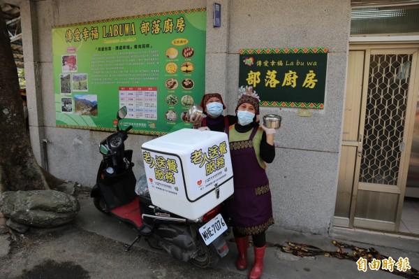 歐春月、歐惠珠負責製作餐點與送餐,每天兩人從早上8點就開始洗菜、備料,並趕在11點半前送完餐,送餐同時也問候長輩,掌握居家生活情形。(記者邱芷柔攝)