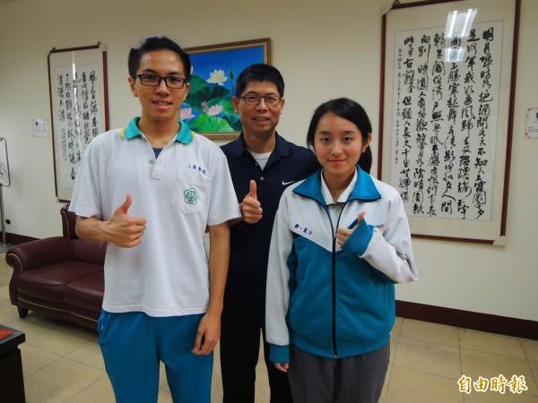 仁武高中學生黨一靜(右)、葉睿穎(左)循繁星管道錄取台大、高醫。(記者黃旭磊攝)