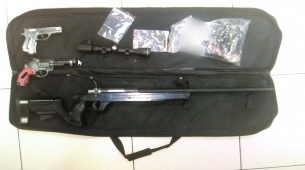 高姓男子持有槍彈被警方送辦。(記者周敏鴻翻攝)