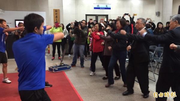 鼓勵運動,新竹縣長邱鏡淳(右2)穿著西裝也跟著跳拳擊有氧。(記者黃美珠攝)
