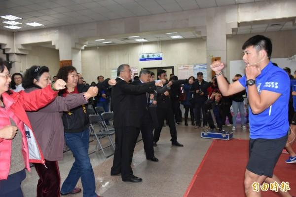 鼓勵運動,新竹縣長邱鏡淳(左4)穿著西裝也跟著跳拳擊有氧。(記者黃美珠攝)