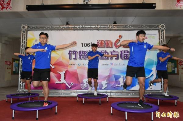 明新科技大學學生示範「跳床」。(記者黃美珠攝)
