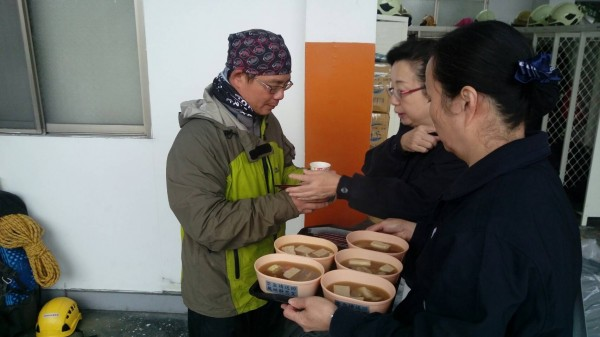 喝一碗熱湯吧!慈濟基金會志工到鳳林消防隊設立關懷站,提供熱湯、毛毯給救難人員。(記者花孟璟翻攝)