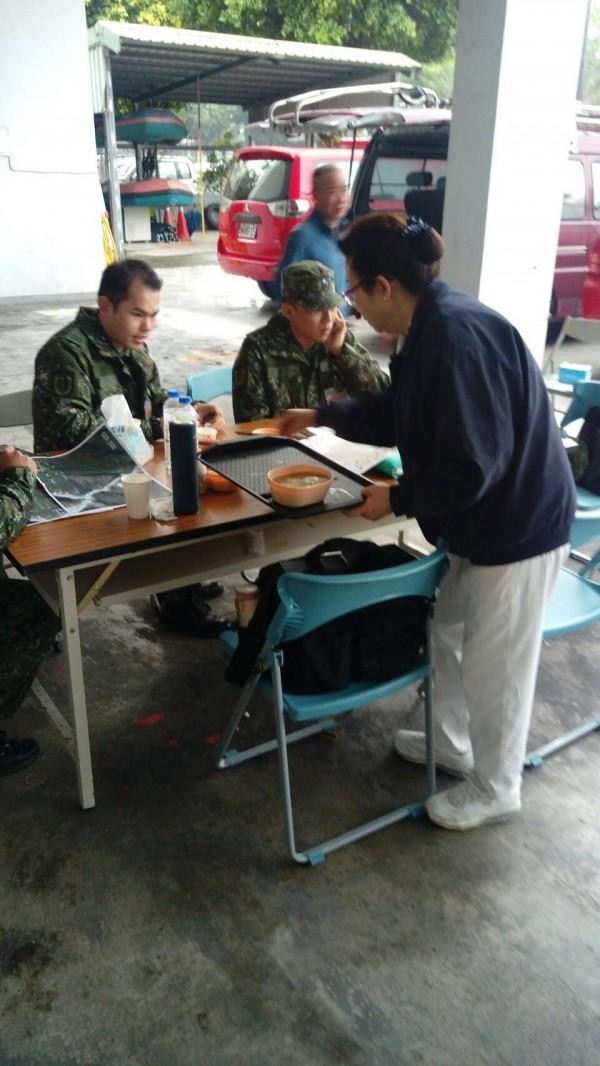 慈濟志工提供熱湯熱食給消防局指揮中心的人員。(記者花孟璟翻攝)