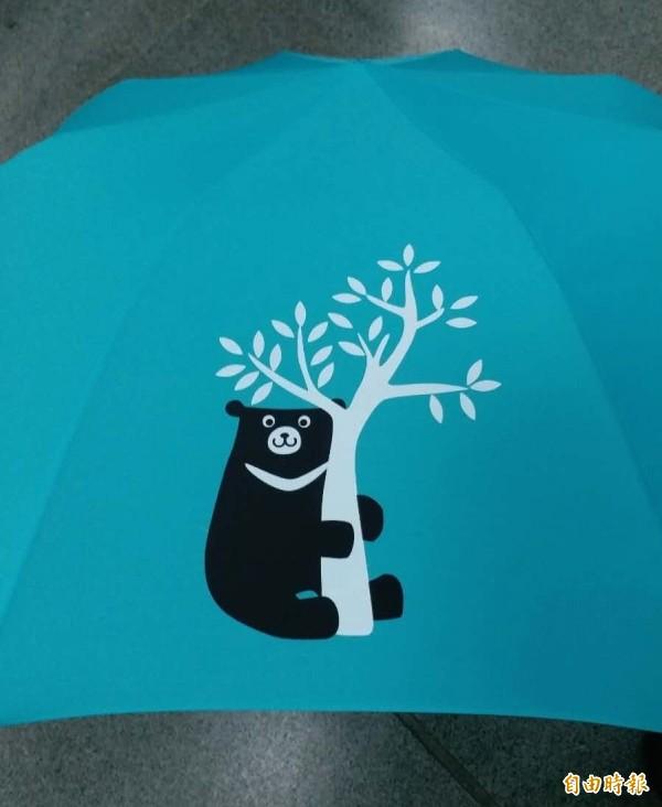 中鋼今年股東會將送出超萌的綠色台灣黑熊傘。(記者羅倩宜攝)