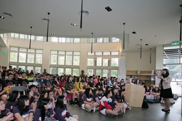 去年紫荊季舉辦開放學堂,教導學生如何準備書審資料,吸引人潮擠爆現場。(清大提供)