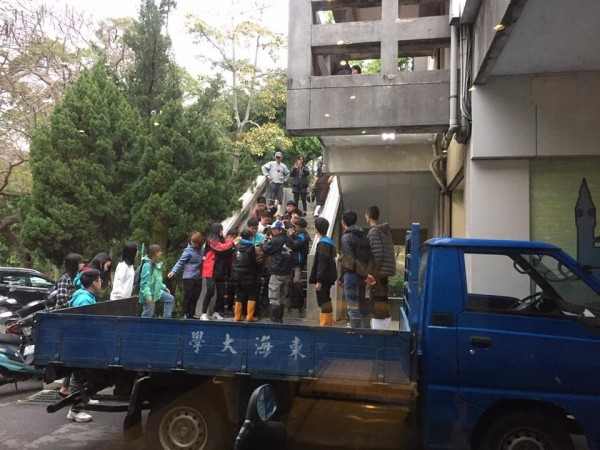 為了圍捕梅花鹿,大批人馬前後追捕,大費周張,終於「逮捕歸案」。(記者蔡淑媛翻攝自臉書)