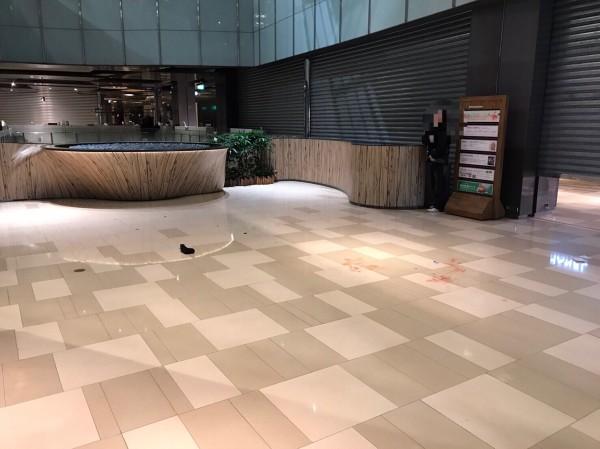 京站時尚廣場今天晚上發生女子墜樓意外,送醫急救中。(民眾提供)