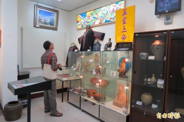 盧嘉興紀念館展示盧嘉興生平使用的文具、文獻考察工具、生平著作和藝術創作等。(記者蔡文居攝)