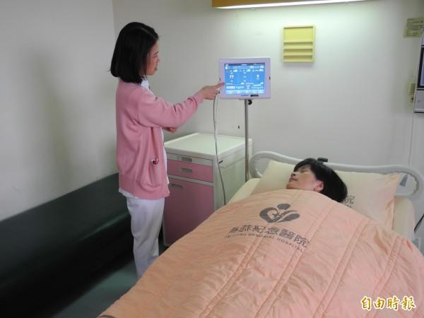 頭份為恭醫院指出,螢幕上可以看出病患心跳、呼吸情形。 (記者許展溢攝)