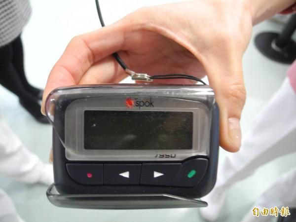 頭份為恭醫院表示,每位護理人員都會隨身攜帶呼叫器,病人一離開就會通知。(記者許展溢攝)
