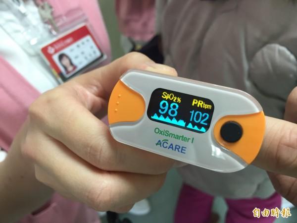 頭份為恭醫院每位護理人員會配戴血氧濃度計,可以隨時幫病患偵測。(記者許展溢攝)