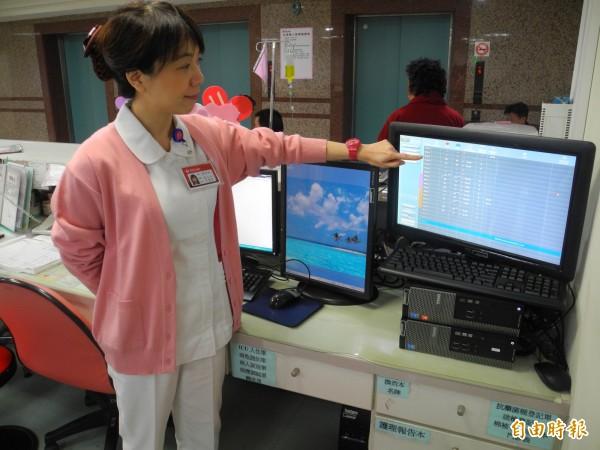 護理站主機可以觀看到每位病患活動情形。(記者許展溢攝)