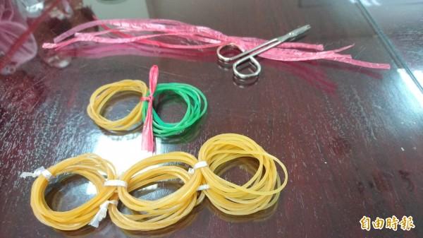 以50%橡皮筋加50%塑膠繩製成的「彈性懸吊帶」,是最適合肩部輔助復健運動的彈性。(記者劉婉君攝)