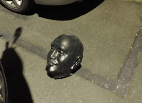 新北市中和區知名眷村「飛駝新村」內,原有一座蔣介石的半身銅像矗立在忠孝街37巷內,但昨天被發現遭「斬首」,銅像頭部被丟棄於地板。(讀者提供)
