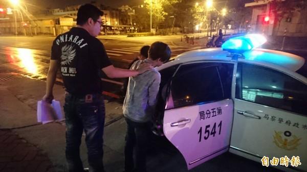 王姓車手(灰衣者)因為被逮、開房間收到「朋友卡」等接連衰事嗆警,不過所長一句話讓他秒道歉。(記者王捷攝)