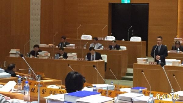 新竹縣議會副議長陳見賢(背對鏡頭左)今天為了性別平等教材質詢縣府教育處長劉明超(右立者)。(記者黃美珠攝)