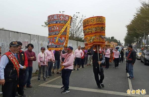 南瑤宮與白鶴宮陣頭進行交換娘傘儀式。(記者陳冠備攝)