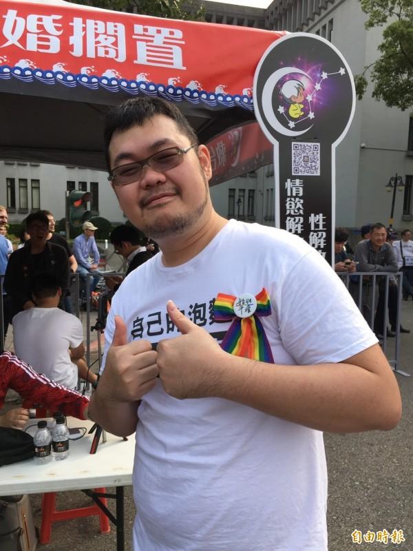 同志網紅四叉貓也到救台盟「同婚擱置,共拚經濟」的活動會場。(記者楊綿傑攝)
