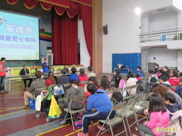 基隆市牙醫師公會在南榮國小舉辦宣導活動,教導口腔保健工作。(記者林欣漢攝)