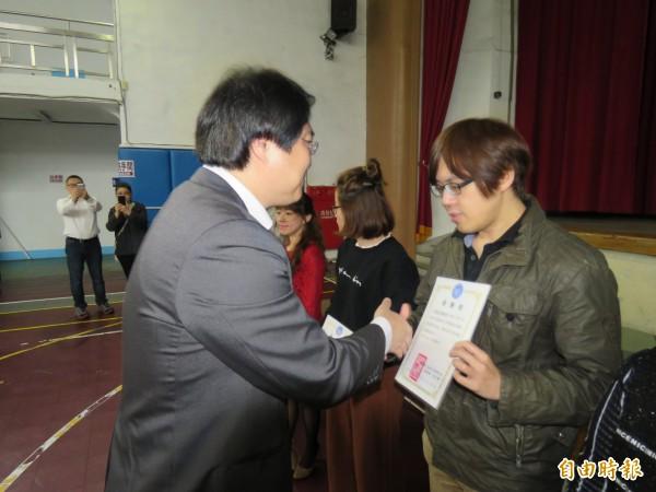 基隆市長林右昌頒發感謝狀給配合活動的牙科診所。(記者林欣漢攝)