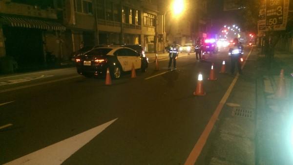 苗栗縣警局動員大批警力在苗栗市重要路口封城執行臨檢。(記者張勳騰翻攝)