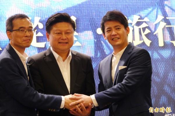 暢銷作家謝哲青(右1)今返回花蓮故鄉暢談「旅行的本質」。(記者王峻祺攝)