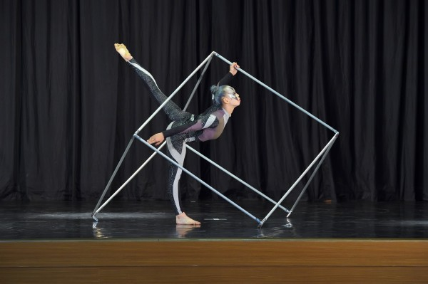 東興國中謝芸真去年5月不慎手掌骨折,但她康復後加倍練習,最後在個人組現代舞拿下特優第一。(桃園市教育局提供)
