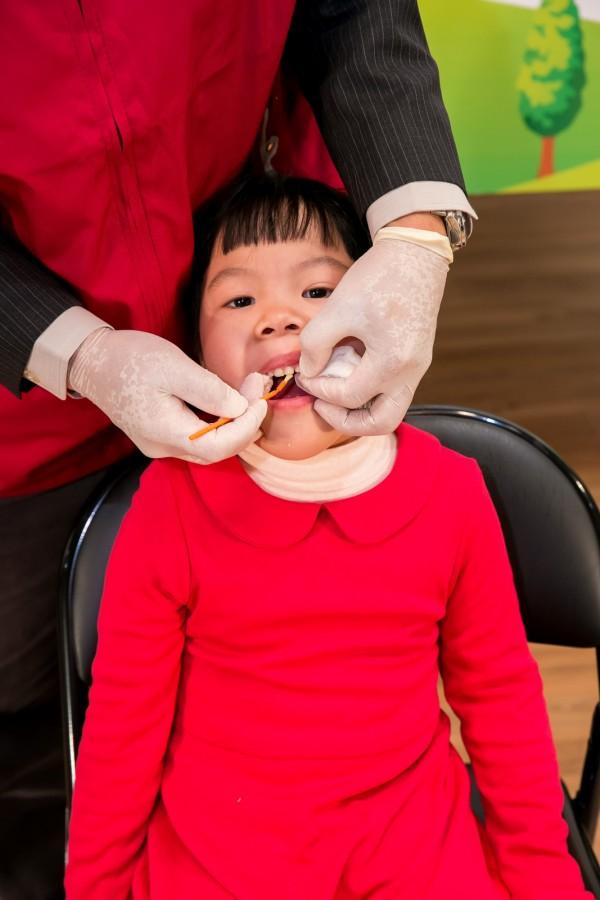 衛福部與牙醫師公會全聯會宣布,自即日起至4月8日期間,全國1500多家「牙醫親善愛心院所」,針對孕婦與15歲以下兒童提供免收掛號費服務。(中華民國牙醫師公會全聯會提供)