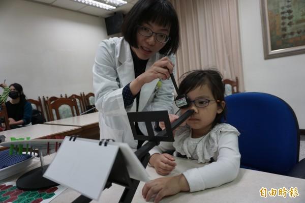 醫病》戴眼鏡也看不清   把握7歲前黃金治療期