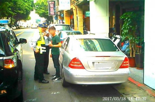 車伕也遭警方逮捕。(記者鄭景議翻攝)